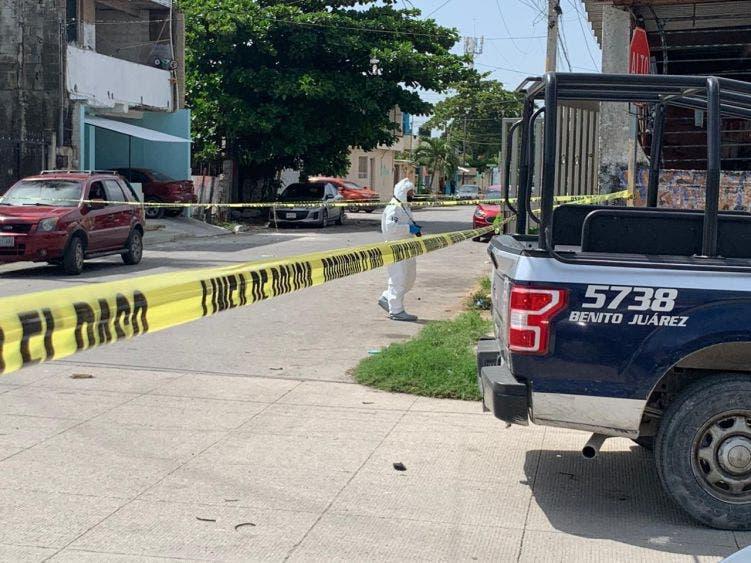 Muere menor de edad en ataque a balazos a taller de herrería en Cancún.