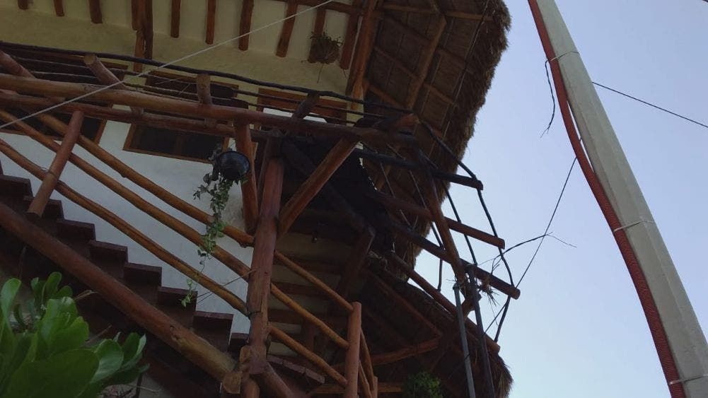 Fallas en postes de CFE habría causado el incendio en hotel de Holbox.