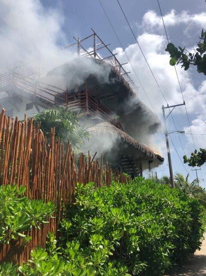 Fallas en postes de CFE habría causado el incendio en hotel de Holbox; pedirán la intervención de un perito para determinar el origen.