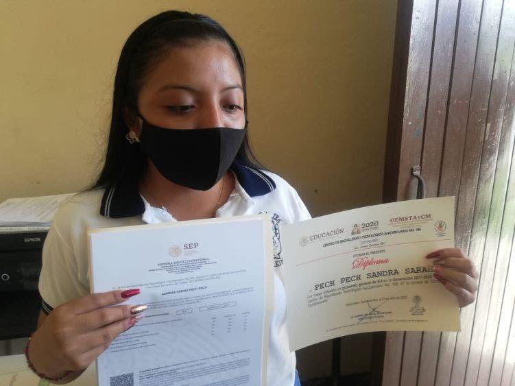 En Lázaro Cárdenas entregan documentación a egresados del CBTA 186.