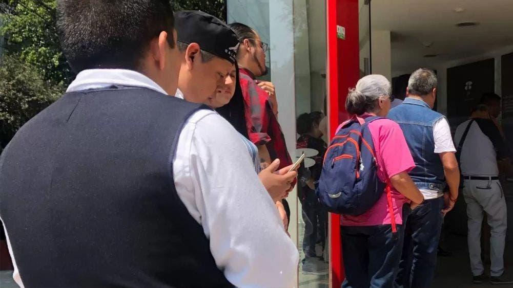 Cierre de algunas sucursales causa aglomeración en bancos