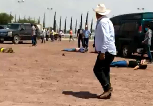 Cinco muertos en una carrera de caballos clandestina en Hidalgo; el ataque a balazos dejó malheridas a otros dos personas en Atitalaquia.