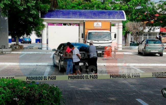 Mujer fallece dentro de su auto en un estacionamiento de supermercado.- Foto Informa Yucatán