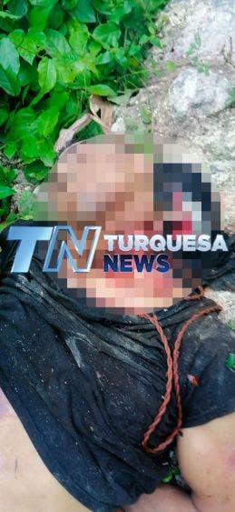 Hallan cuerpo degollado en colonia Tres Reyes de Cancún; se trata de un masculino que viste pantalón de mezclilla y playera negra.