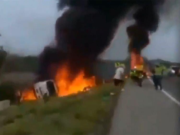 Video: Así explotó una pipa con combustible en plena calle