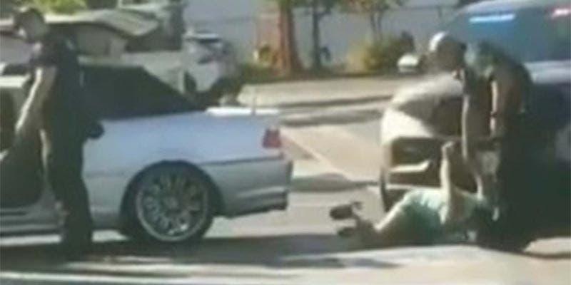 ¡Indignante! Policías golpean a mujer frente a sus hijos