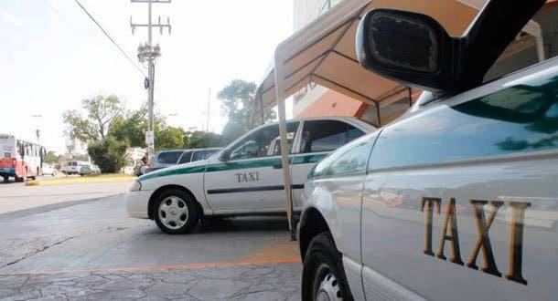 Taxistas retienen a turistas, tras acusarlos de utilizar Uber