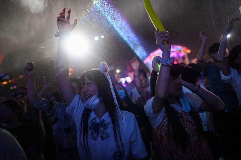 Wuhan regresa a la normalidad: los jóvenes acuden a fiestas sin mascarillas.