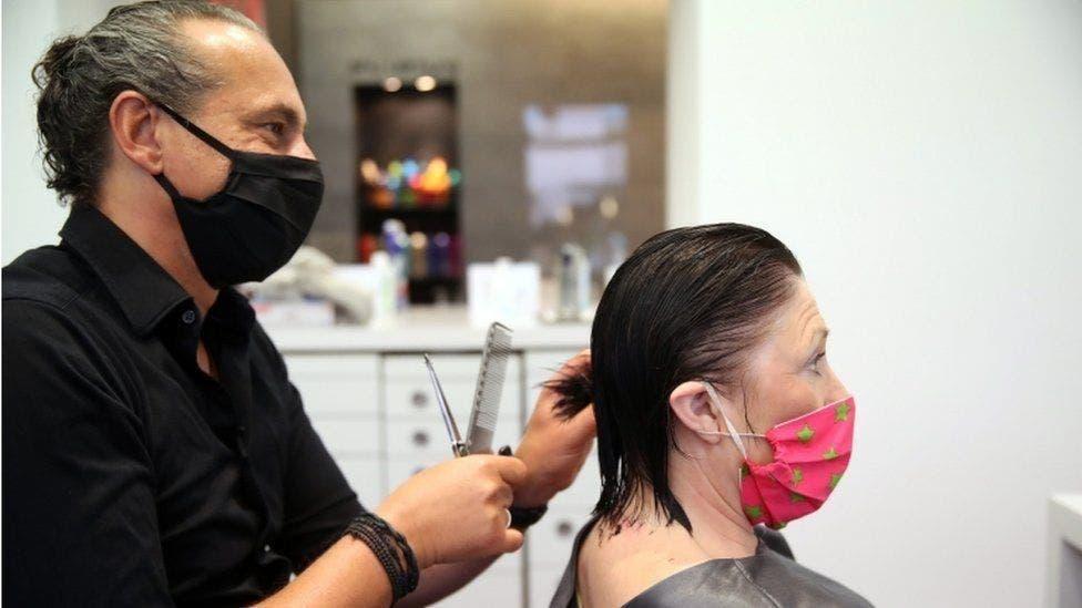 Asociación de Estilistas capacita gratis a personas desempleadas en Cancún.