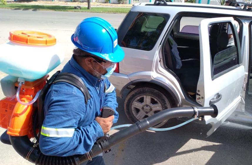 Jóvenes chetumaleños desinfectan gratis autos y espacios públicos