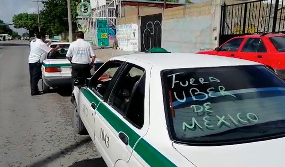 Pese a denuncia por amenazas, taxistas agreden a mujer conductora de Uber.