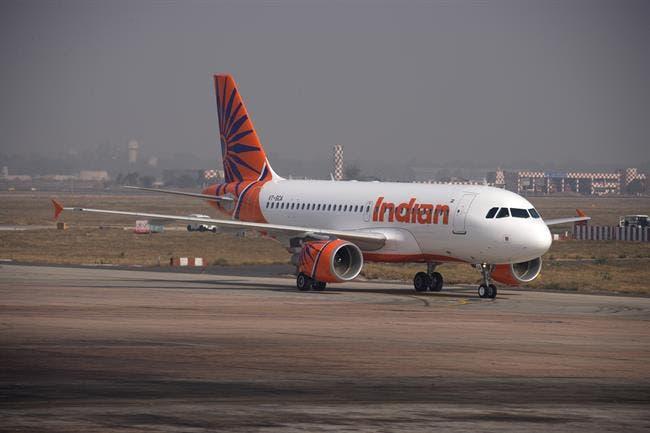Accidente aéreo en India; avión se salió de la pista y se parte en dos.