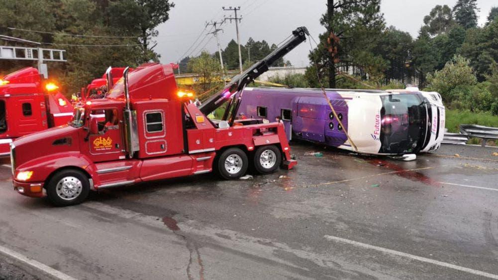 Deja 13 muertos y 28 heridos la volcadura de un autobús en la México-Toluca