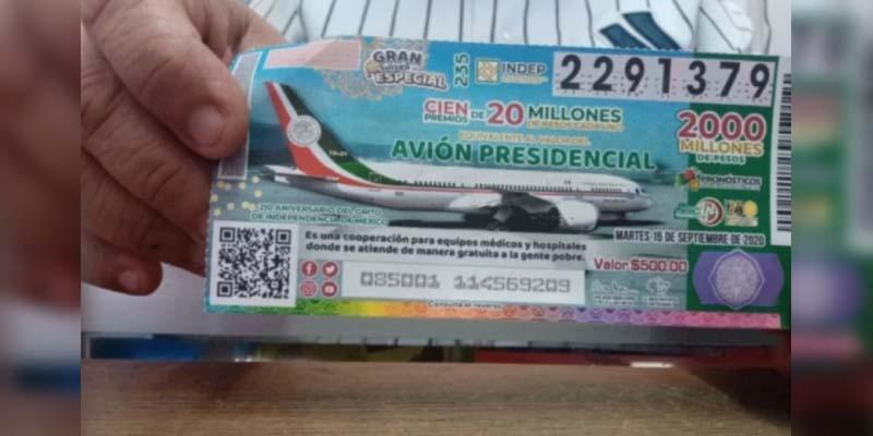 Gobernador de Tabasco invierte 100 mil pesos en rifa de avión presidencial