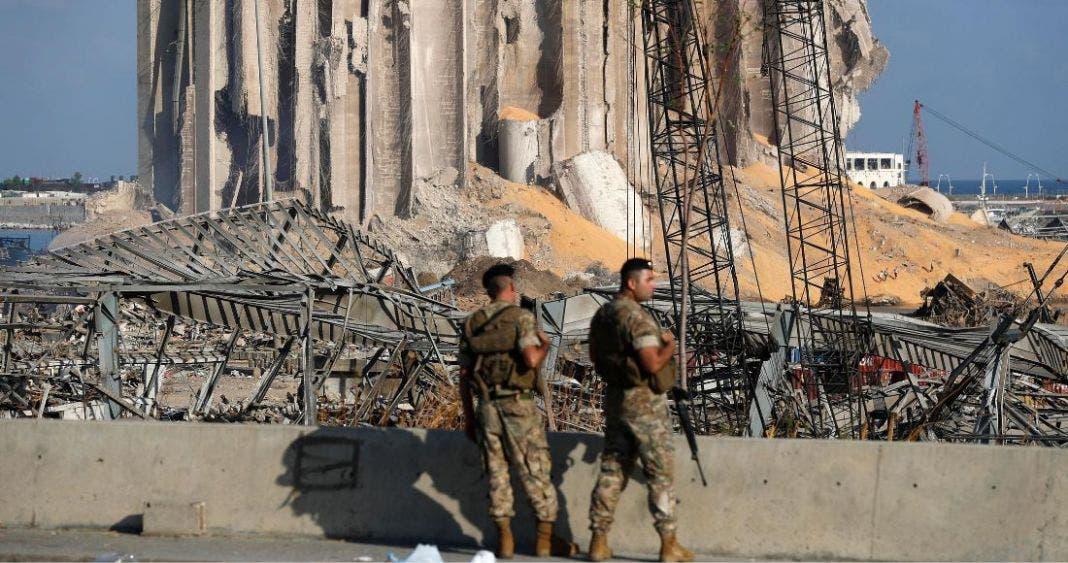 Soldados libaneses vigilan las inmediaciones a la zona de la explosión frente a los silos de granos en el puerto de Beirut.