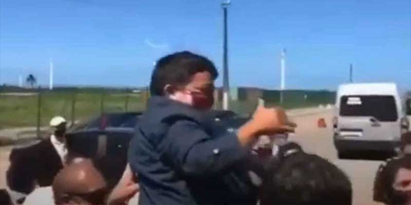 Jair Bolsonaro carga a enano tras confundirlo con un niño