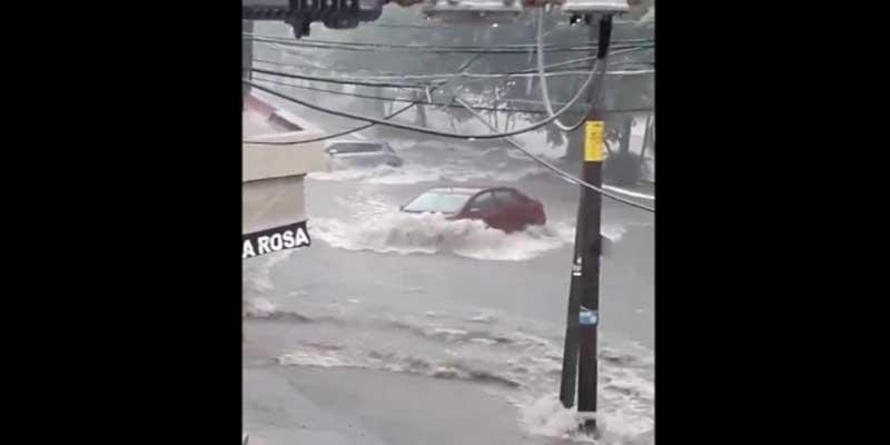 """Video: Fuertes lluvias """"arrastran"""" vehículos en Colima"""