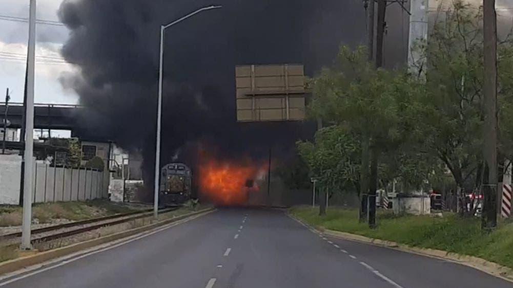 Video: Pipa de combustible explota al ser arrollada por tren