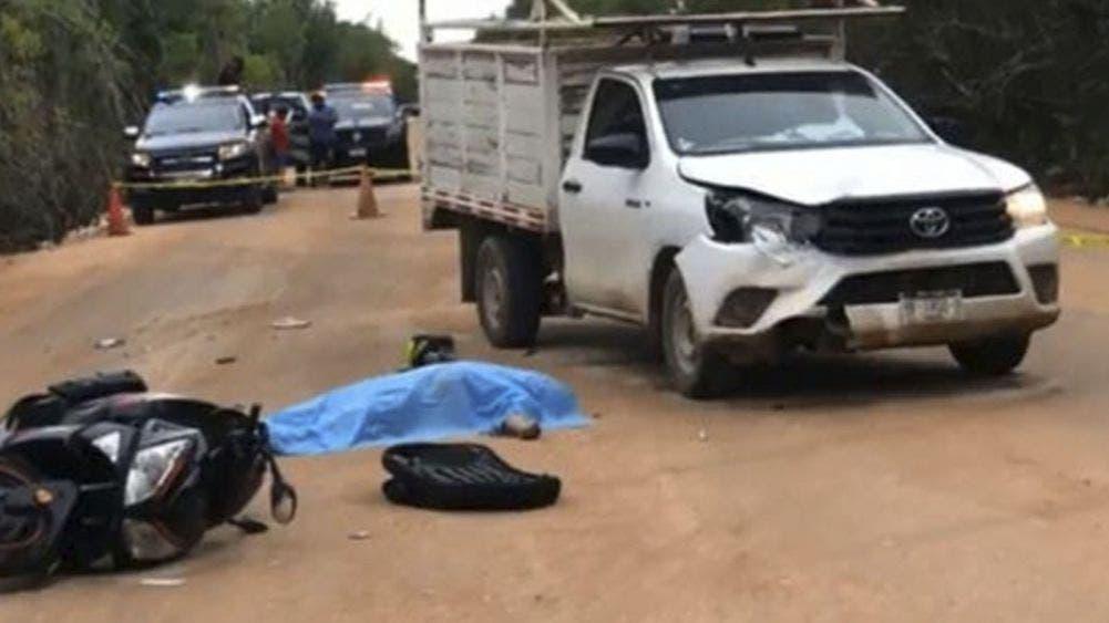Por exceso de velocidad camioneta arrolla y mata a motociclista