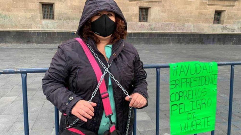 Mujer se encadena frente al Palacio Nacional para que escuchen sus demandas