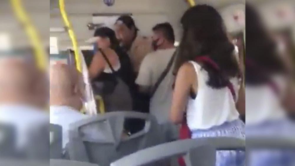 Video: Usuarios golpean a chofer de autobús en Cancún