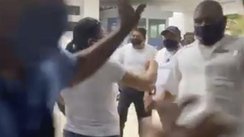 Video: Una mas de taxistas de Cancún!!, agreden a chofer de Uber