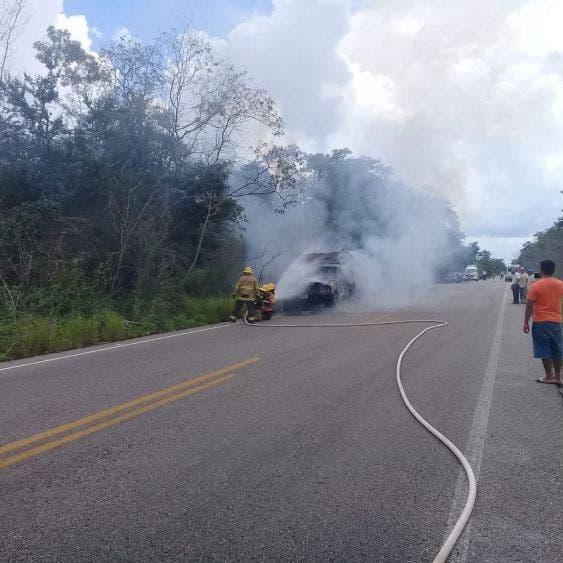 Se incendia un vehículo por la comunidad de San Ángel.