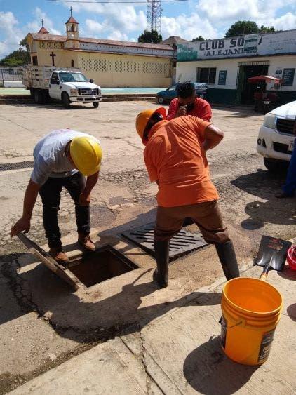En Lázaro Cárdenas toman previsiones para evitar inundaciones por tormenta inician trabajos de limpiezas de alcantarillas y pozos.