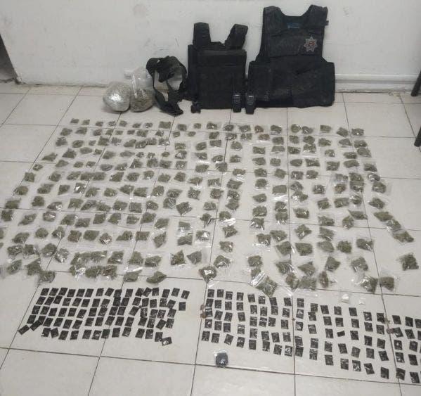 Les decomisaron diversas cantidades de drogas, armas y chalecos antibalas.