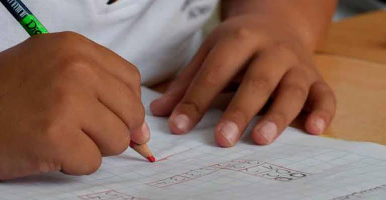 Niños de colonias de escasos recursos no han regresado a clases; no todos cuentan con una televisión o acceso a internet.