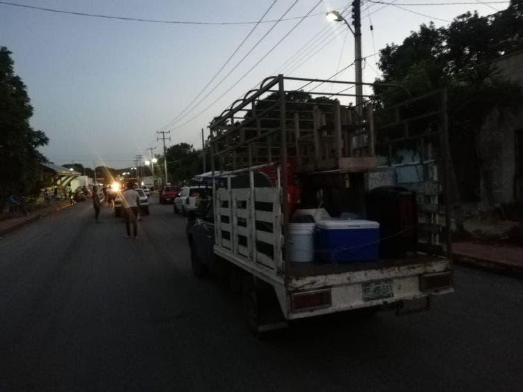 Por fallas de energía eléctrica bloquean tramo carretero en El Ideal; la empresa hizo caso omiso a los llamados que hicieron los pobladores.