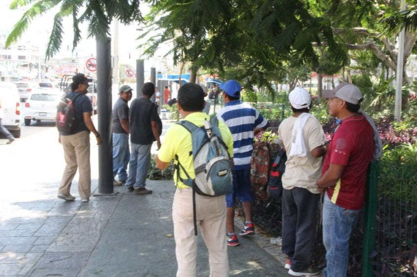 Imponen su ley los comerciantes de 'El Crucero' de Cancún; trabajadores incumplen las medidas sanitarias para contener el Covid-19.