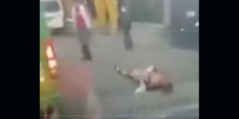 Pasajeros golpean y desnudan a asaltante