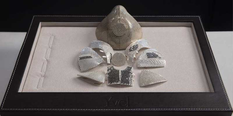Crean cubrebocas de oro y diamante, es el más caro del mundo