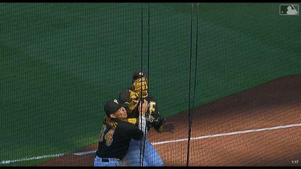 Beisbolista choca con su compañero y termina noqueado (video)
