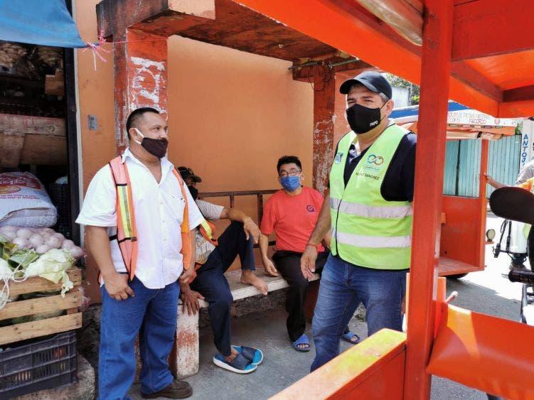El gobierno municipal lleva a cabo labores de desinfección de las unidades del transporte de la comunidad