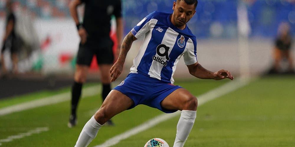 """Tecatito Corona recibe premio como """"Mejor Jugador de Portugal"""""""