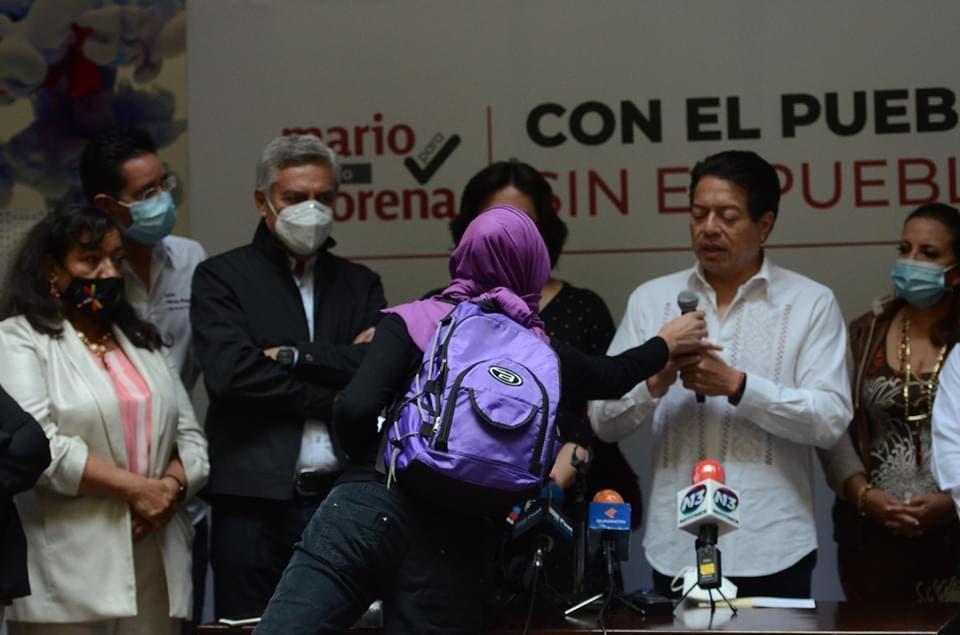 Mujeres protestan en mitin de Mario Delgado; piden frenar candidatura de Cristóbal Arias