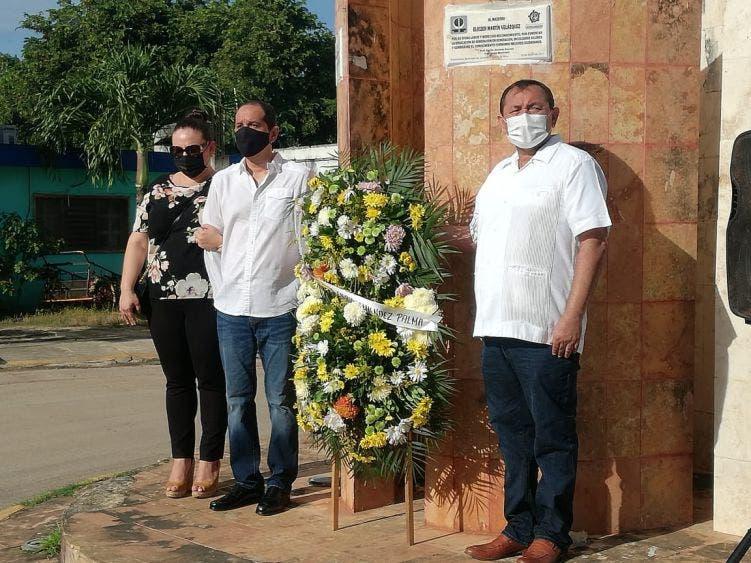 Autoridades ofrecen ofrenda floral a exalcalde fallecido