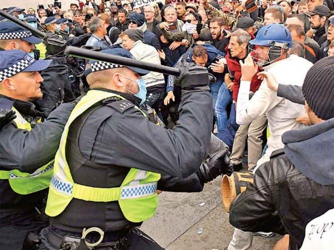 Reprime la policía manifestación contra el Covid en Londres.