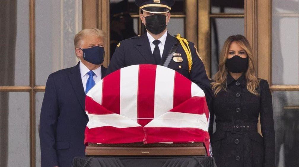 """Voten para que se vaya"": Abuchean a Donald Trump al visitar féretro de jueza"