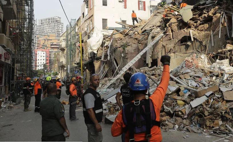 Detectan posibles señales de vida bajo escombros en Beirut, a un mes de la explosión
