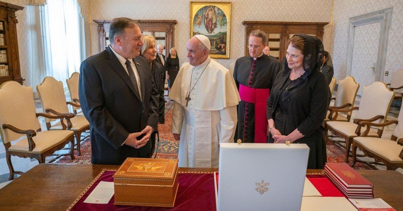 Rechaza el Papa visita de Mike Pompeo en medio de elecciones.
