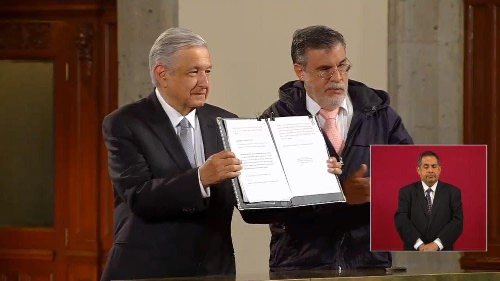 El Presidente Andrés Manuel López Obrador presenta el documento que será enviado hoy mismo al Senado de la República, en el que solicita la consulta para enjuiciar a los expresidentes del periodo neoliberal.