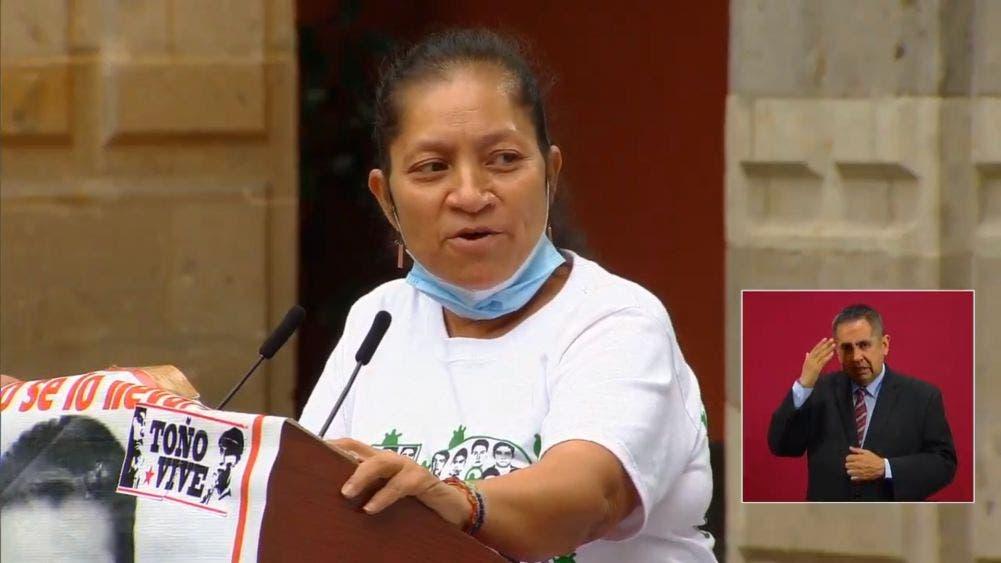 La señora María Martínez Ceferino, madre de Miguel Ángel Hernández Martínez, exigió al Presidente que dieran resultados pronto ante la desaparición de los 43 estudiantes de Ayotzinapa.