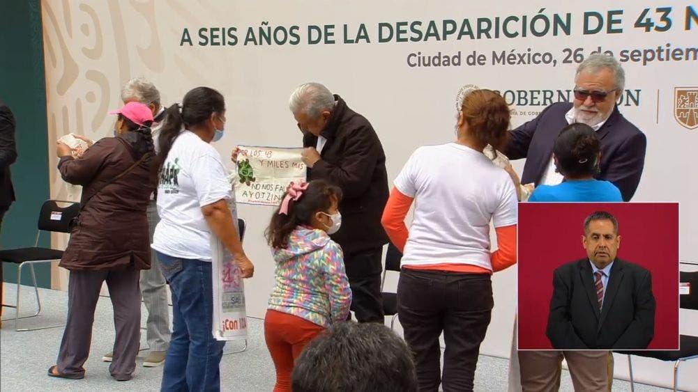 Recordatorio entregado a López Obrador por las familias de los desaparecidos, con el cual le piden no olvidar a las víctimas y que sea recuerdo permanente de un compromiso que aún no se cumple.