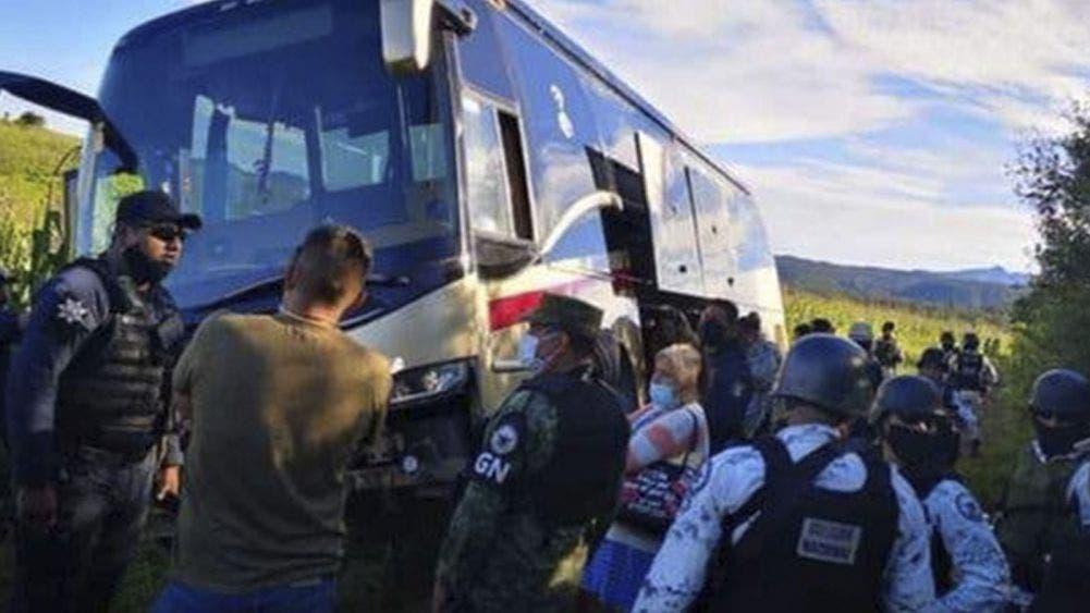 Delincuentes secuestran autobús y asaltan a los 40 pasajeros