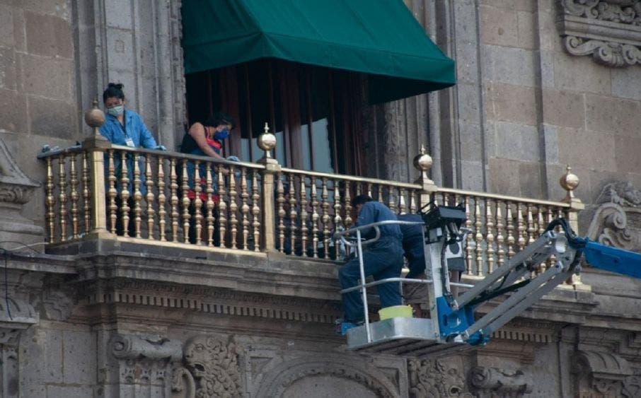 Preparativos en el balcón presidencial en Palacio Nacional.