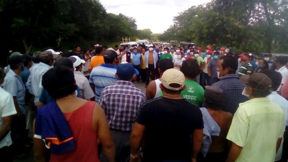 Cientos de campesinos bloquean tramo Carrillo Puerto- Valladolid