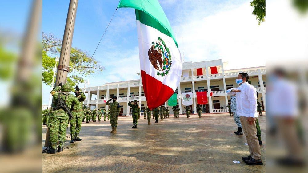 Preside el gobernador Carlos Joaquín el izamiento de la bandera nacional